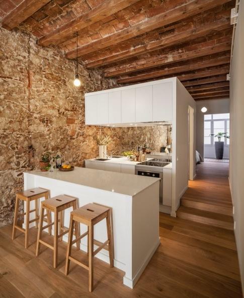 La cocina es el centro de este loft barcelonés