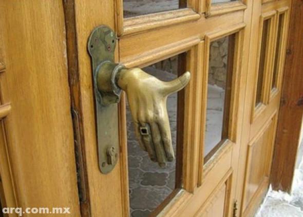 Humor en la Arquitectura. Manijas de puertas amigables