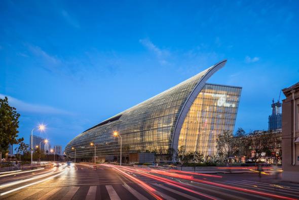 Edificio de más de 10.000 paneles de cristal