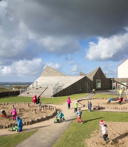 Jardín de niños de madera con techo en zigzag