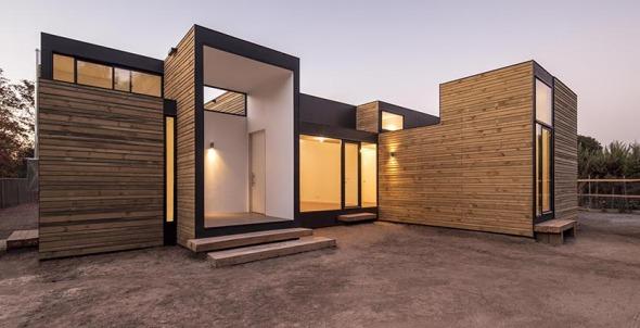 Casa de madera que juega con las alturas planos de casas for Arquitectura de madera