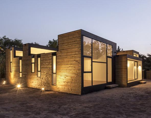 Casa de madera que juega con las alturas