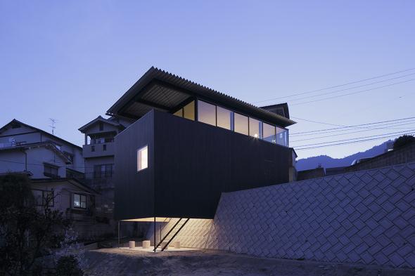 Minimalismo japonés: Casa empotrada en muro de contención