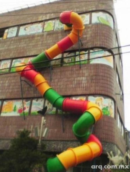 Humor en la Arquitectura. Escaleras de emergencia para niños