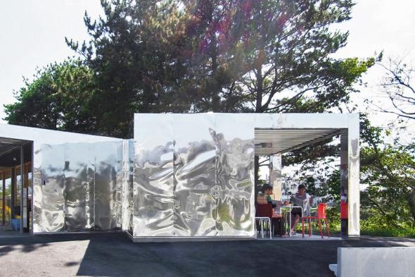 Takahashi Ippei envuelve una guardería con paneles reflectantes