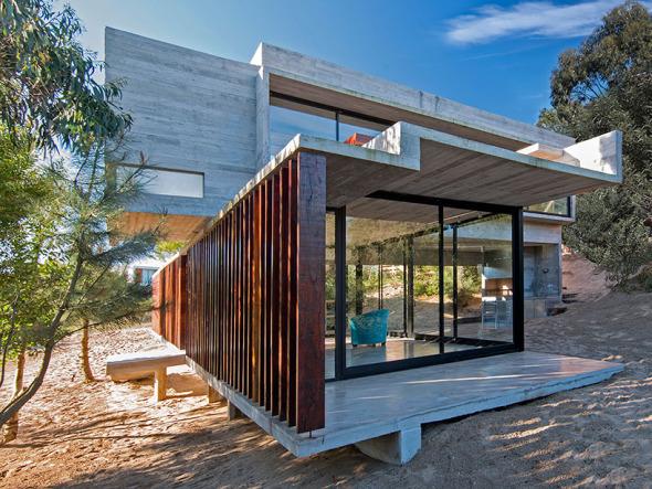 Casa de hormigón plegado y persianas de madera