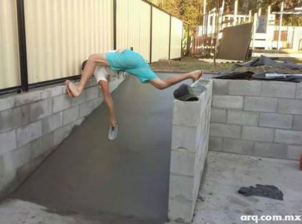 Humor en la arquitectura. Albañil contorsionista
