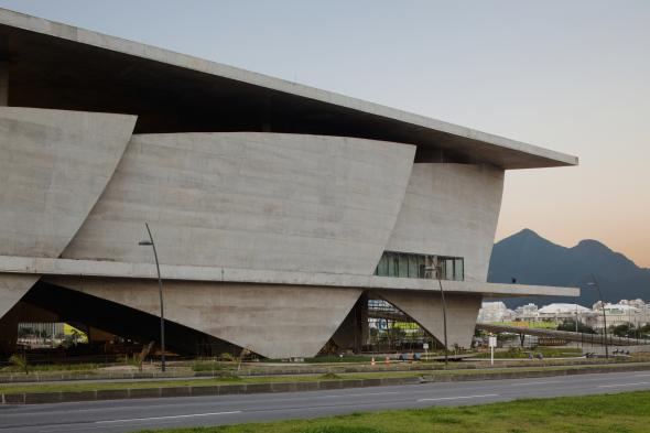 Aletas curvas de concreto en el paisaje urbano de Río