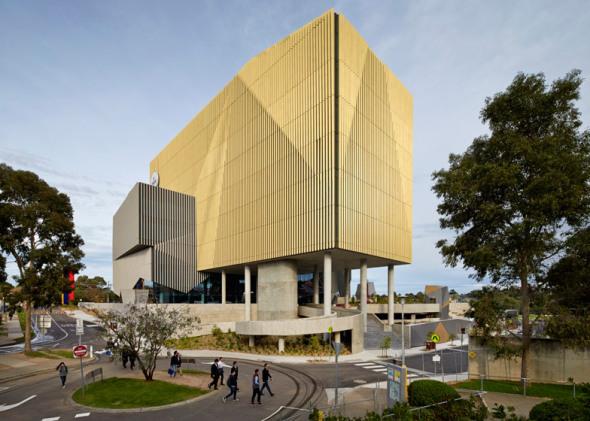 Edificio brutalista dorado en Melbourne