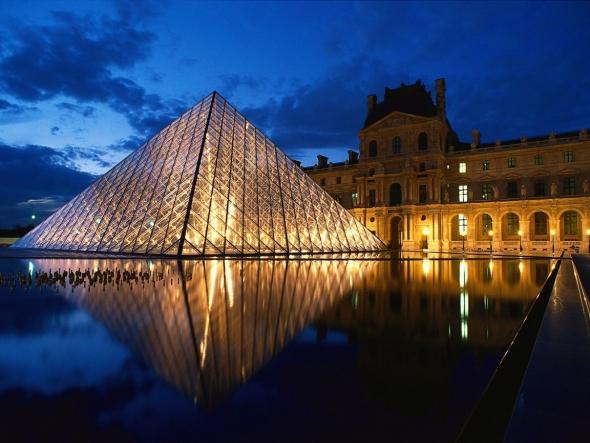 La pirámide de cristal del Museo del Louvre a 26 años de su inauguración