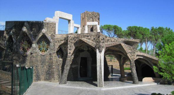 Cripta Guell de Antoni Gaudi, restauración de una Iglesia inacabada