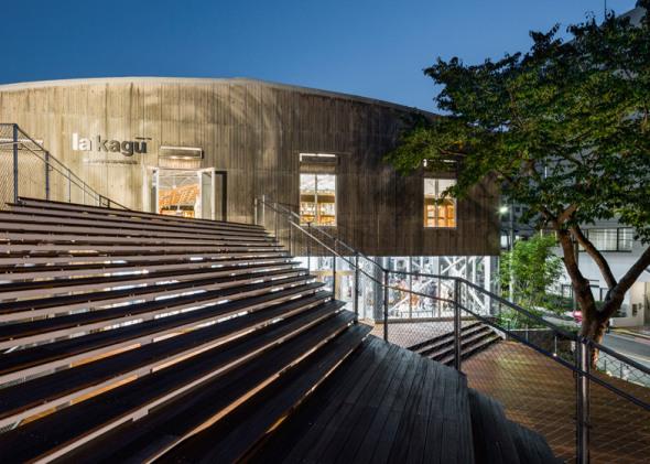 Kengo Kuma utiliza una gran escalera para transformar un almacén de Tokio en una tienda