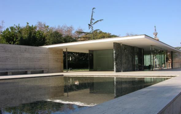 Una instalación en el Mies van der Rohe cambia la percepción del pabellón