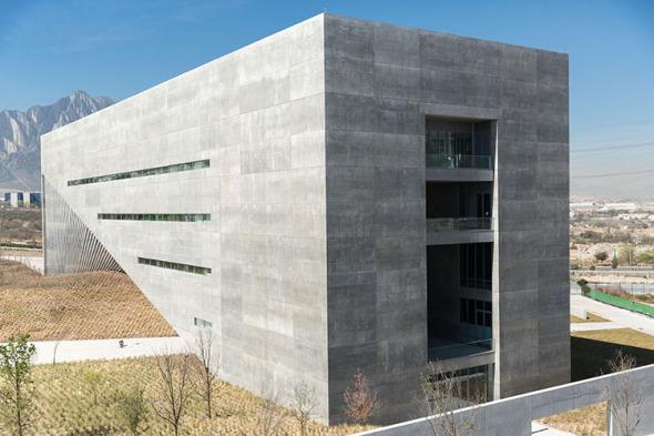 Las paredes blancas de obra de Tadao Ando invitan a crear y abrir la mente