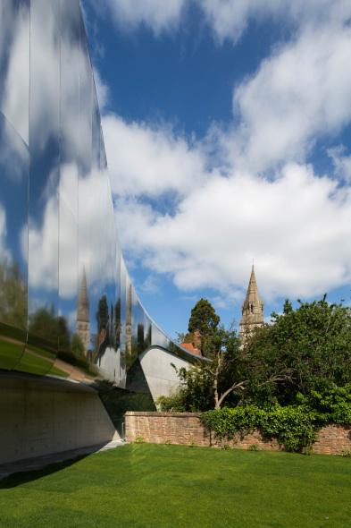 Zaha Hadid une al campus universitario de con biblioteca de reflexión