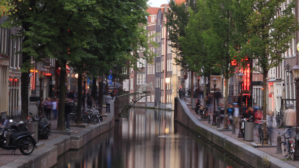 Un robot imprimiendo en 3D un puente de metal sobre un canal de Ámsterdam
