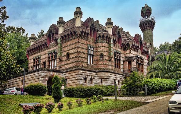 El capricho de Antoni Gaudí cumple 130 años