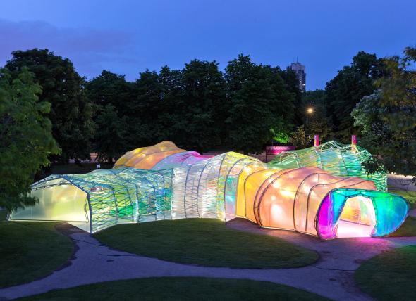 La Serpentine Gallery de 2015 es un capullo colorido que filtra la luz como vitrales