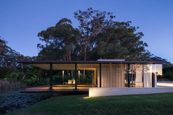 Mansión minimalista de madera y cristal