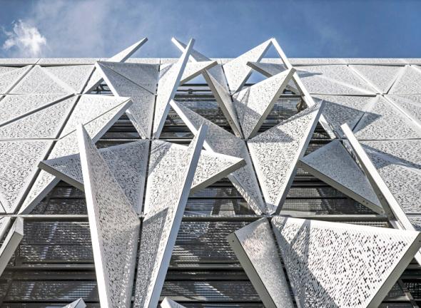 La impresionante fachada de este edificio se transforma para regular la luz del día