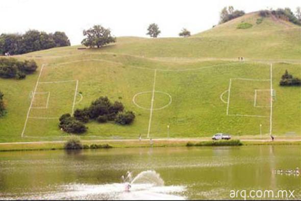 Humor en la arquitectura. Cancha de fútbol reglamentaria