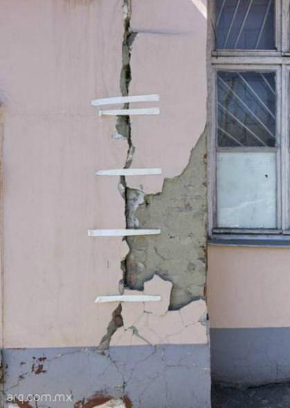 Humor en la arquitectura. Reparación de muros express