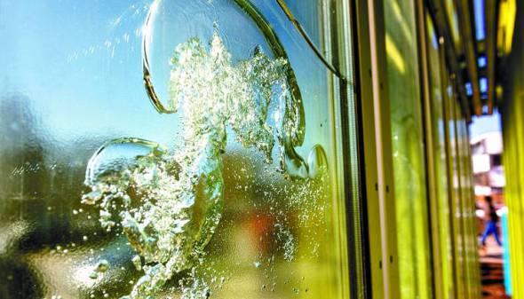 Fachada de agua y algas que produce energía para una casa