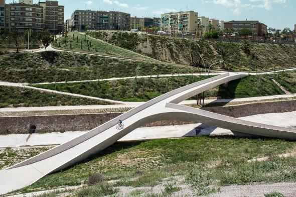 Proyecto de paso peatonal trenzado galardonado