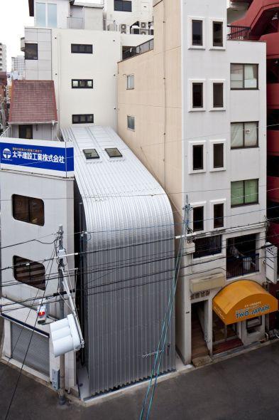 Vivienda ciega entre edificios