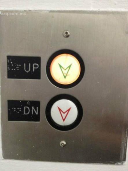 Humor en la arquitectura. Botones elevador