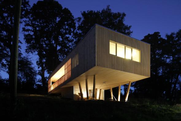 Casa de madera elevada de bajo presupuesto