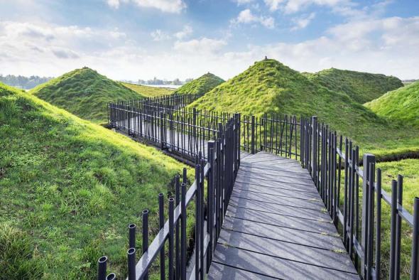 Pirámides de grama esconden un inesperado museo en Holanda