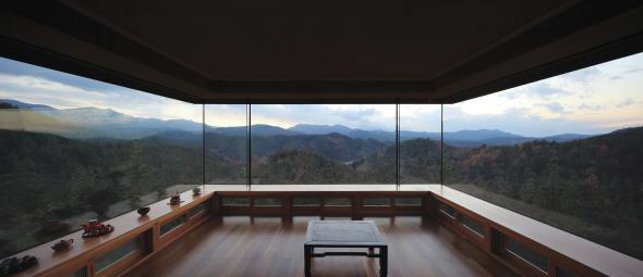 Casa que emerge de la montaña