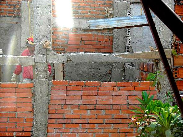 Humor en la arquitectura. Colocación de ladrillos