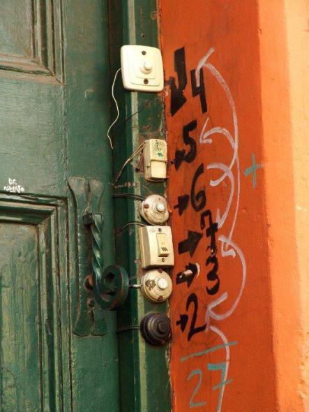 Humor en la arquitectura. Instalación de timbres