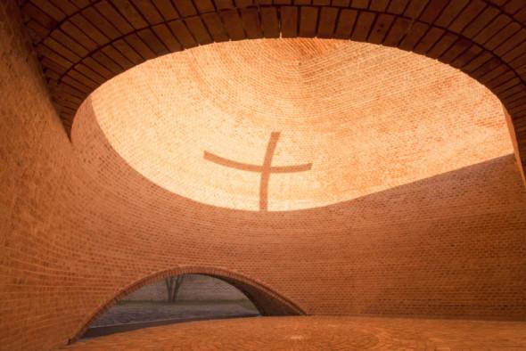 La capilla que recrea la crucifixión a través de sombras