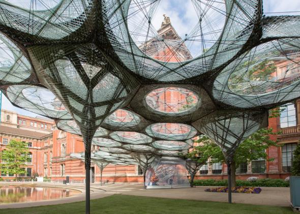 Un robot edifica en la ciudad de Londres un pabellón interactivo inspirado en las alas del escarabajo volador