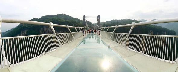 Intentan destrozar puente de cristal en China