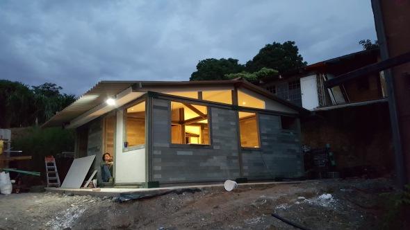 Colombianos crean casas con ladrillos de plástico reciclado en 5 días