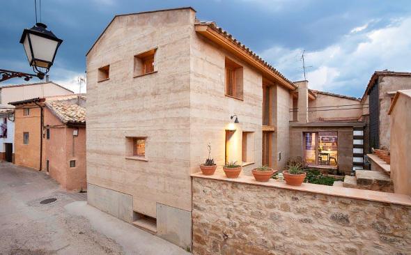 Casa de tierra compactada premiada en España reduce a la mitad las emisiones de CO2