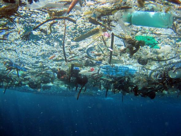 Convierten todos los tipos de plástico del océano en bloques para construcción