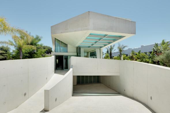la innovadora vivienda cuenta con una terraza en la azotea y una piscina para que los residentes y sus invitados puedan nadar y tomar el sol con vistas al