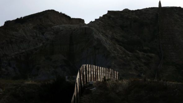 Llueven propuestas para muro; incluso, que sea atracción turística