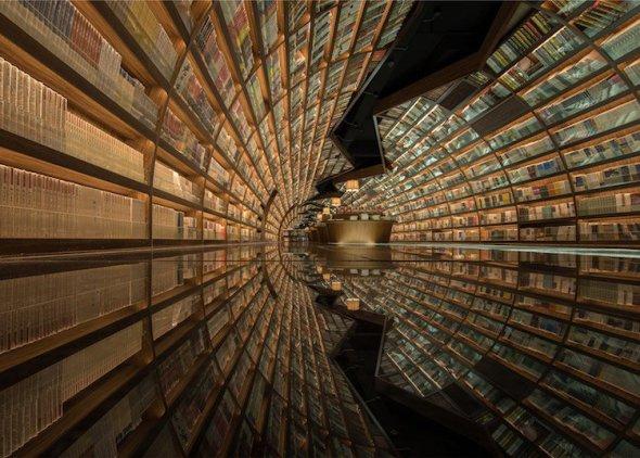 El efecto óptico de los espejos convierte esta librería china en un impresionante túnel circular