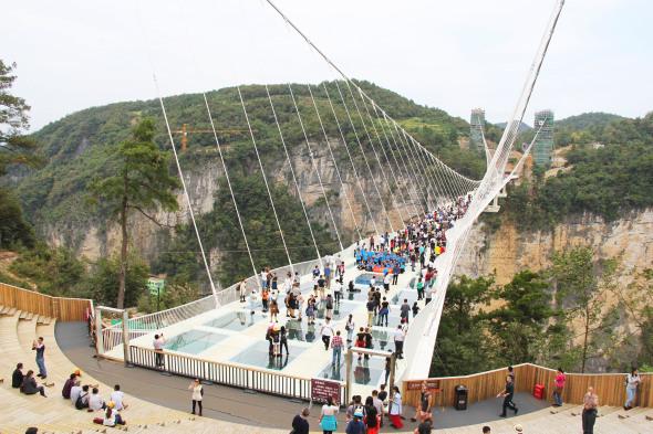 Asomarse al vacío: un puente colgante de cristal en China