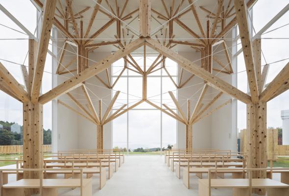 Capilla japonesa con árboles fractales de madera
