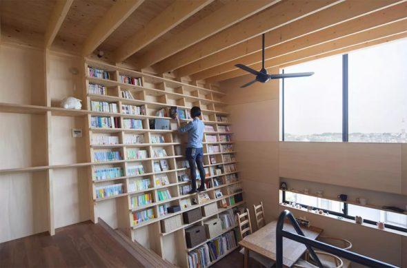 Casa con estantería a prueba de terremotos