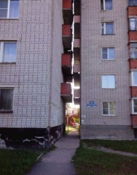 Humor en la arquitectura. Balcones para interactuar con los vecinos