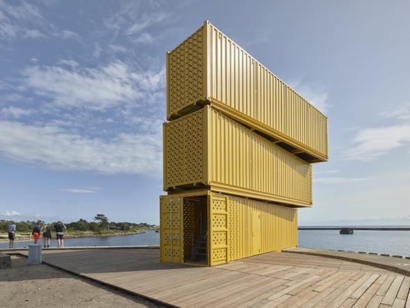 Centro acuático construido con contenedores