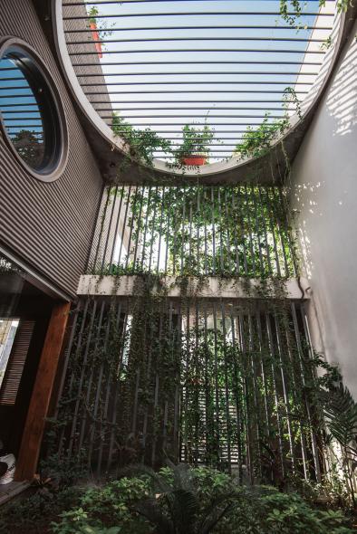 Casa urbana en contacto con la naturaleza